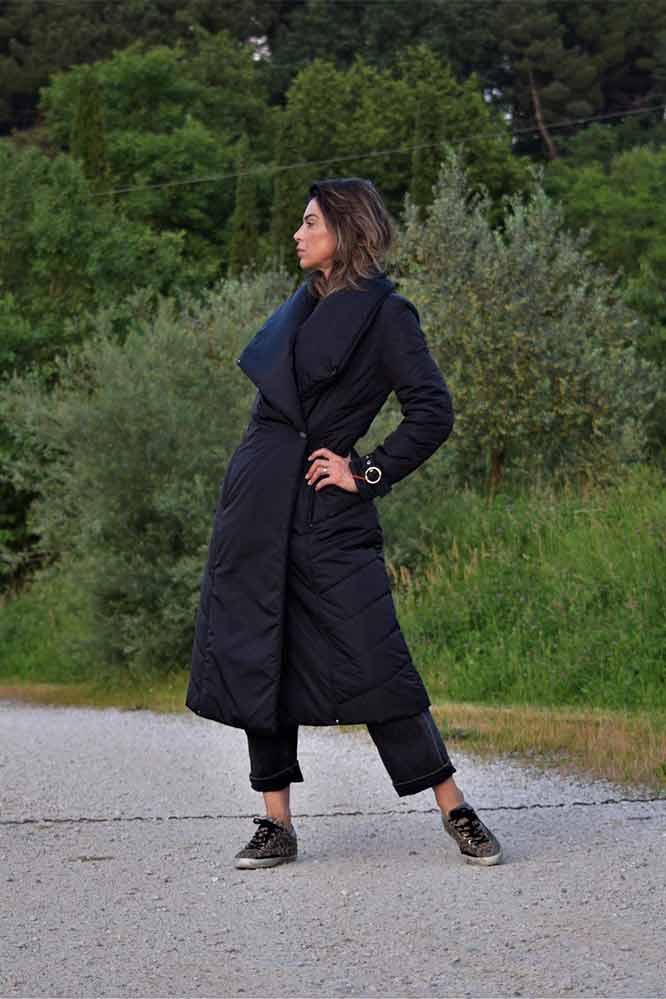 Черное пуховое пальто приталенное