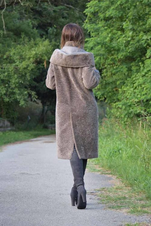 Пальто с капюшоном из меха кёрли