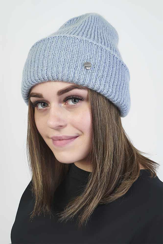 Вязаная голубая шапка