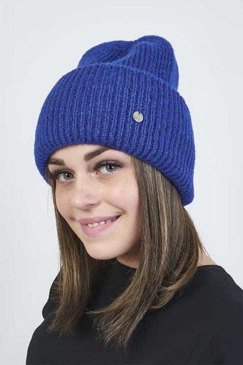 Вязаная синяя шапка